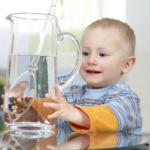Karafa na vodu s drahokamy – nejen jako dekorace